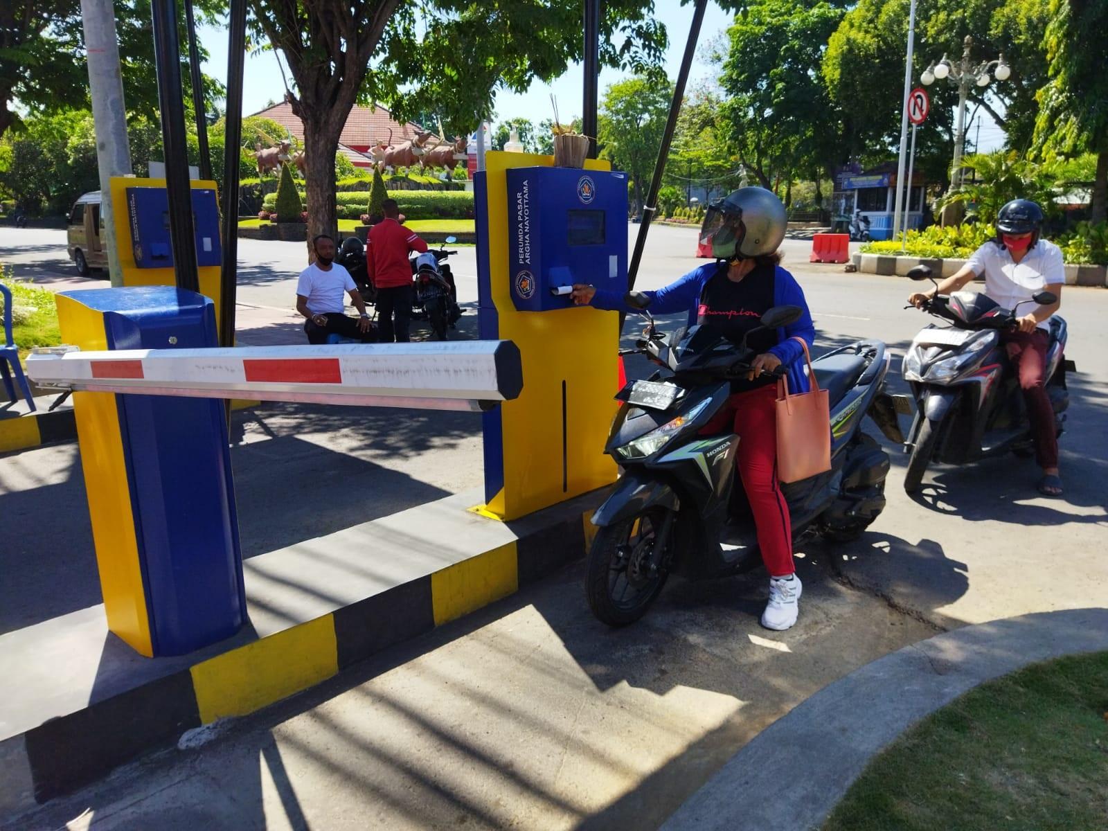 PENERAPAN parkir elektronik (e-parkir) di Pasar Banyuasri. Foto: rik
