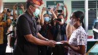 PENYERAHAN BTPKLW kepada perwakilan penerima, bertempat di Makodim 1609/Buleleng. Foto: rik