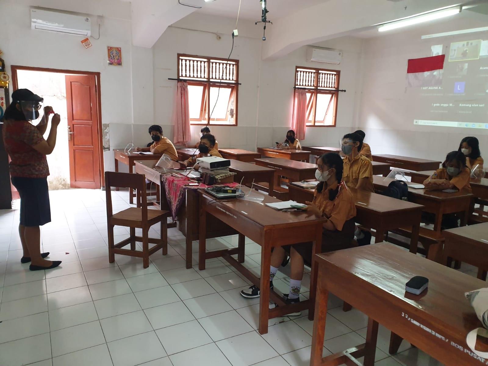 PELAKSANAAN PTM Terbatas di SMP PGRI 3 Denpasar. PTM Terbatas wajib dievaluasi setiap minggunya sehingga tak sampai memunculkan klaster baru penularan Covid-19. Foto: tra