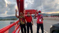 MADE Nariana (kanan) saat berpose di Jembatan Merah, Jayapura, Papua. Foto: ist