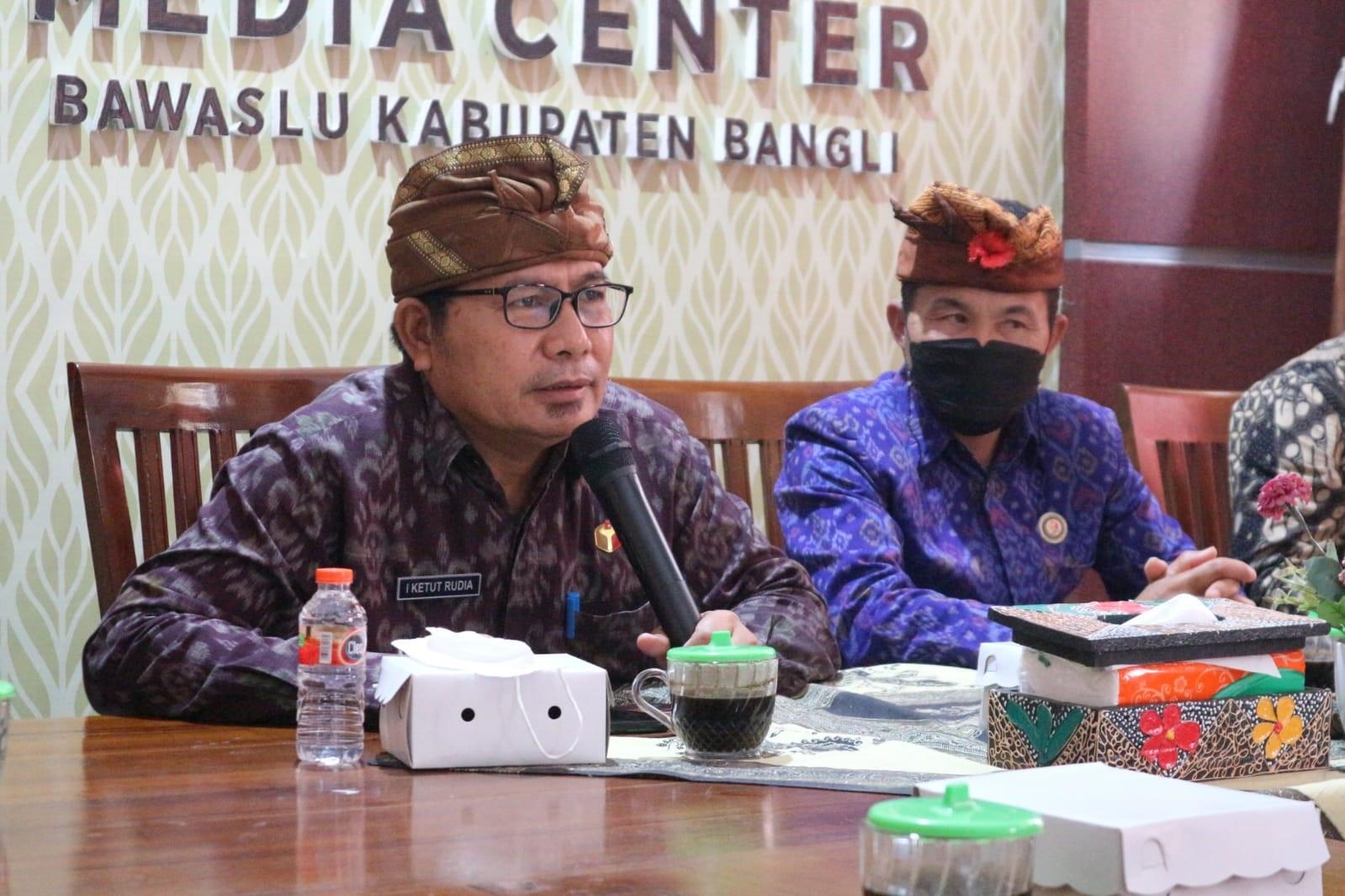 ANGGOTA Bawaslu Bali, I Ketut Rudia, saat Rapat Kehumasan, Peliputan dan Dokumentasi di Bawaslu Bangli, Kamis (14/10/2021). Ia berharap humas Bawaslu bisa membangun kerjasama yang baik dengan media. Foto: ist