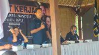 SEKRETARIS DPW Partai Nasdem Bali, I Nyoman Winatha (berdiri) saat memberi arahan kepada kader yang mengikuti Raker DPW Partai Nasdem Bali, beberapa waktu lalu. Foto: ist