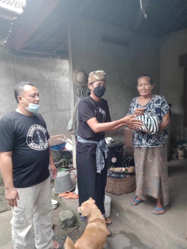 "KELOMPOK sukarela peduli sesama ""Suara Genta"" menyalurkan bantuan sembako kepada warga tak mampu di Desa Bajera, Selemadeg, Tabanan. Foto: ist"