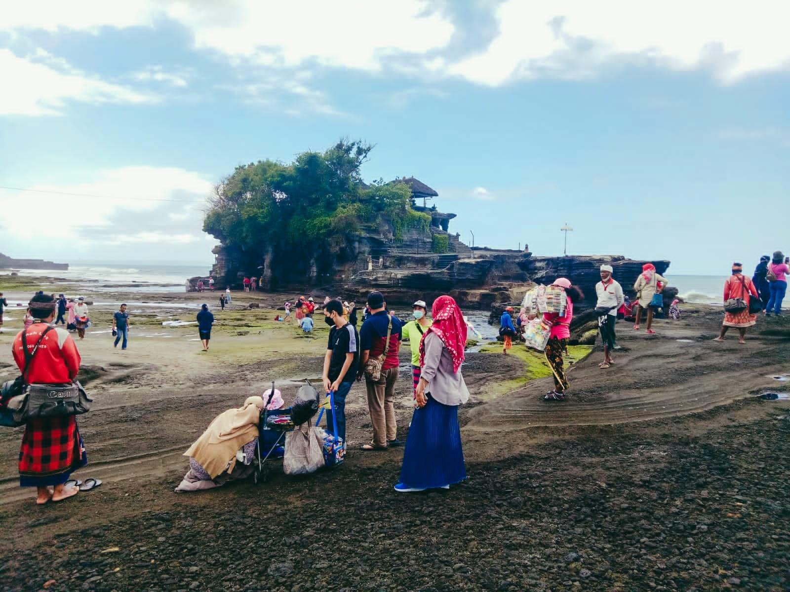 SEJAK dibuka kembali, DTW Tanah Lot mulai dikunjungi banyak wisatawan. Foto: ist