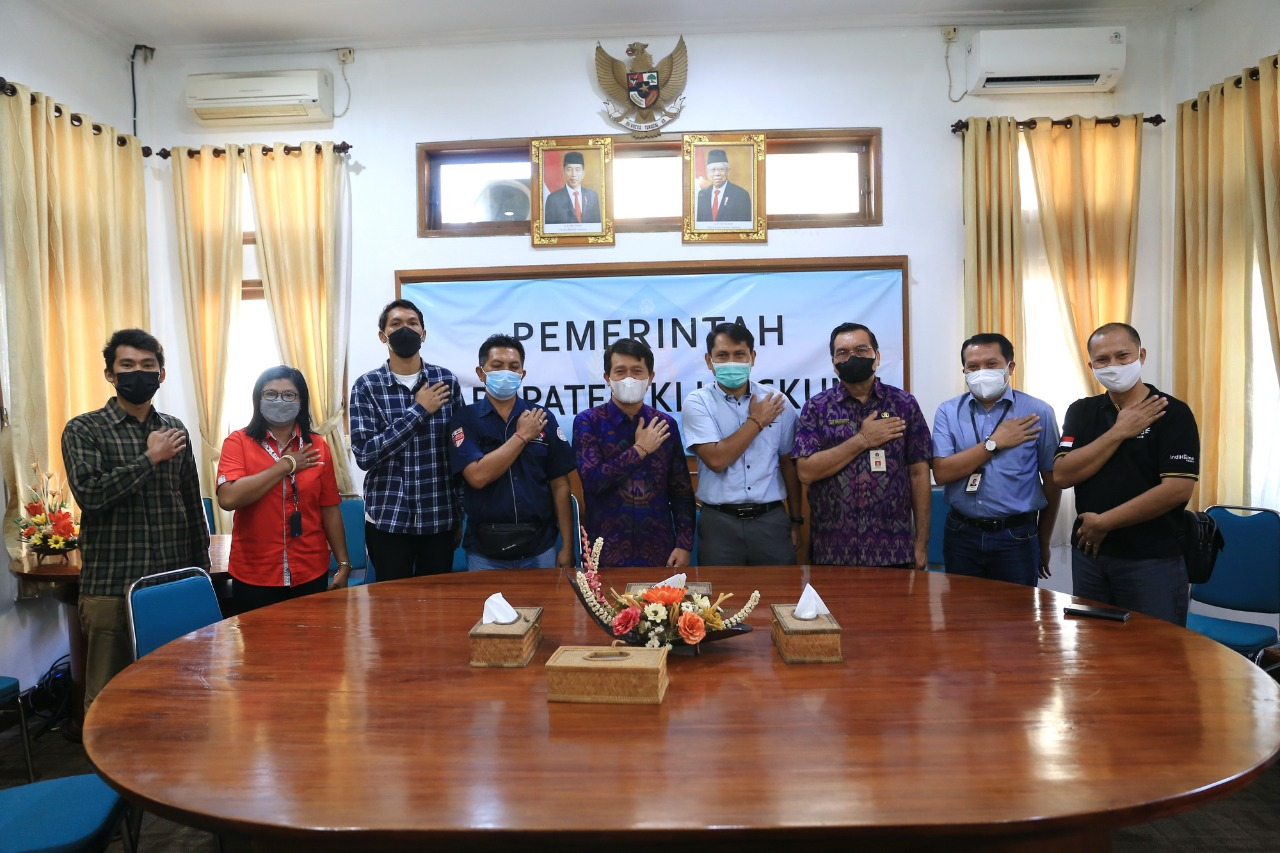 BUPATI Klungkung, I Nyoman Suwirta, menerima audiensi dari Kepala Kantor Daerah Telkom (Kandatel) Gianyar, I Gede Arka, di ruang rapat Kantor Bupati Klungkung, Selasa (12/10/2021). Foto: ist