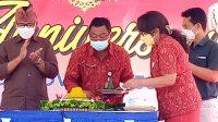 PUNCAK HUT ke-39 SMPN 7 Denpasar ditandai pemotongan tumpeng oleh Kasek Wayan Sugianta. Foto: ist
