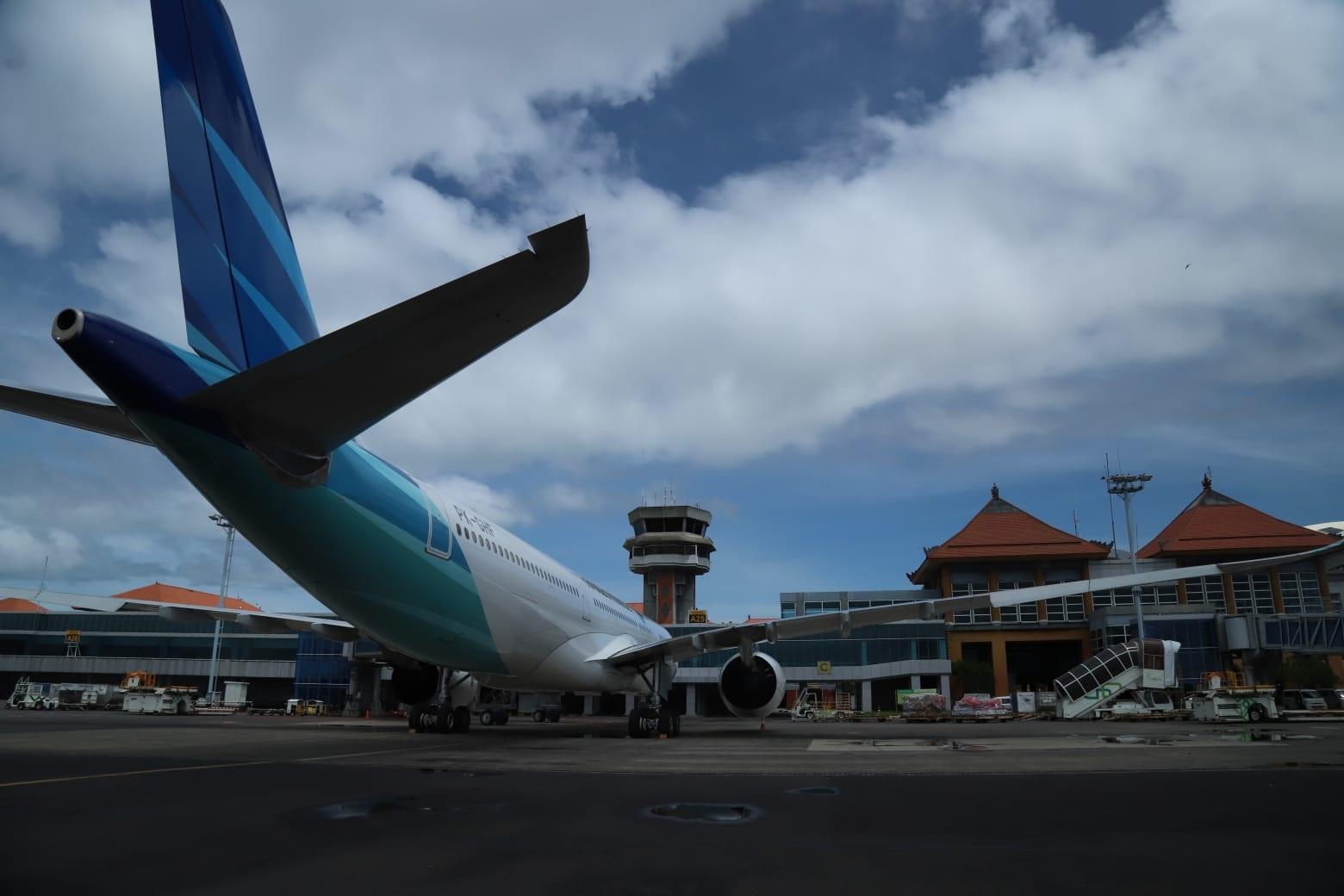 PESAWAT Garuda Indonesia yang parkir di appron Bandara Internasional I Gusti Ngurah Rai. Foto: gay